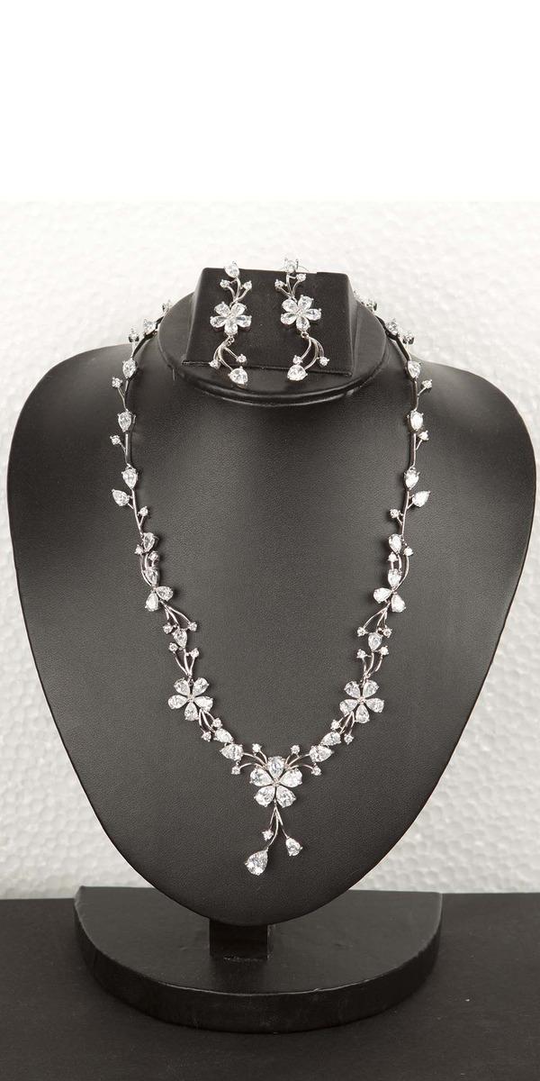 0e09e5f851b7f0 Buy Designer Necklace Sets Stunning Floral Diamond Necklace Set Online |  VOYLLA.
